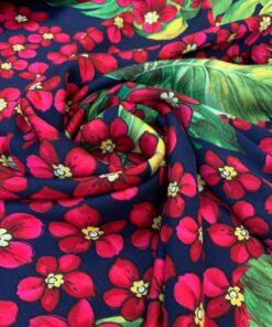 Штапель-шелк красные цветы на темно-синем